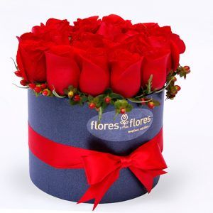 caja de flores con rosas rojas